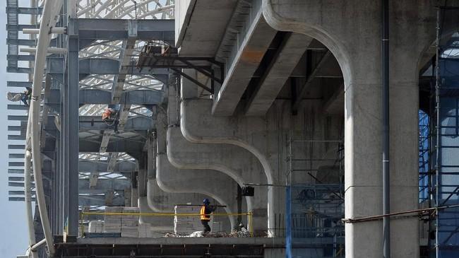 Aktivitas pembangunan proyek Light Rail Transit (LRT) atau kereta api ringan di salah satu zona pembangunannya di Palembang, Sumatera Selatan,Senin (16/10). Presiden menilai infrastruktur yang baik dapat mendatangkan investasi ke daerah bersangkutan. (ANTARA FOTO/Feny Selly)