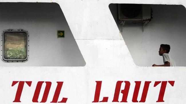 Jokowi juga membangun Tol Laut untuk mengembalikan kejayaan maritim Indonesia. Seorang penumpang berada di dalam Kapal Perintis KM Sabuk Nusantara 35 di Pelabuhan Jetty Meulaboh, Aceh Barat, Aceh, Sabtu (14/10). (ANTARA FOTO/Syifa Yulinnas)