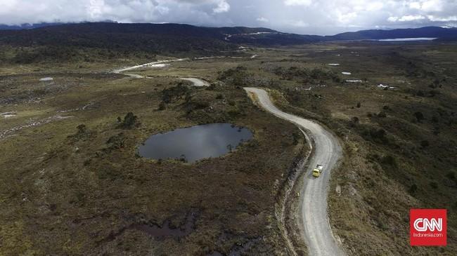 Ini adalah foto udara Jalur Trans Papua di ruas jalan Wamena-Habema, Papua, Selasa (9/5). Presiden menyatakan agar pembangunan infrastruktur di provinsi itu turut memudahkan masyarakat dalam proses distribusi barang dan jasa. (ANTARA FOTO/Indrianto Eko Suwarso)