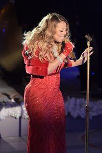 Sempat jadi perbincangan karena terlalu gemuk, Mariah Carey dilaporkan mengalami penurunan berat badan sebanyak 11,35 Kg. Diduga, diva kelas dunia ini menjalani operasi bypass lambung. Foto: Michael Loccisano/Getty Images