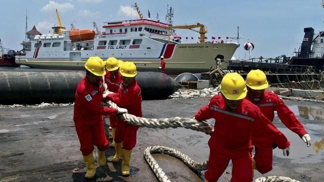 Sejumlah pekerja menarik tali usai peluncuran Kapal Sabuk Nusantara 98 di galangan kapal PT Yasa Wahana Tirta Samudera, Semarang, Jawa Tengah, Kamis (5/10). (ANTARA FOTO/R. Rekotomo)