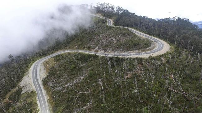 Tak hanya di Sumatera, Presiden Jokowi juga ingin membangun Papua dengan Jalur Trans Papua. Berdasarkan data Kementerian Pekerjaan Umum dan Perumahan Rakyat (PUPR), Jalur Trans Papua segmen 5 yakni Wamena-Habema-Kenyam-Mumugu sepanjang 284,3 Km telah tersambung. (ANTARA FOTO/Indrianto Eko Suwarso)