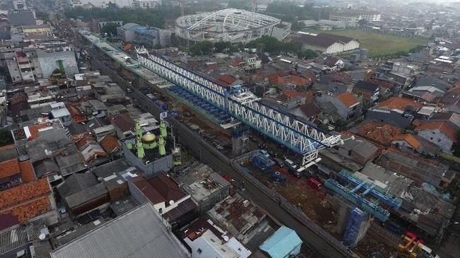 Foto aerial pembangunan jalur LRT (Light Rail Transit) Koridor Velodrome - Kelapa Gading di Rawamangun, Jakarta, Senin (9/10). Pembangunan LRT yang dipersiapkan untuk menunjang perhelatan Asian Games 2018 tersebut ditargetkan beroperasi pada Agustus 2018 mendatang. (ANTARA FOTO/Wahyu Putro A)