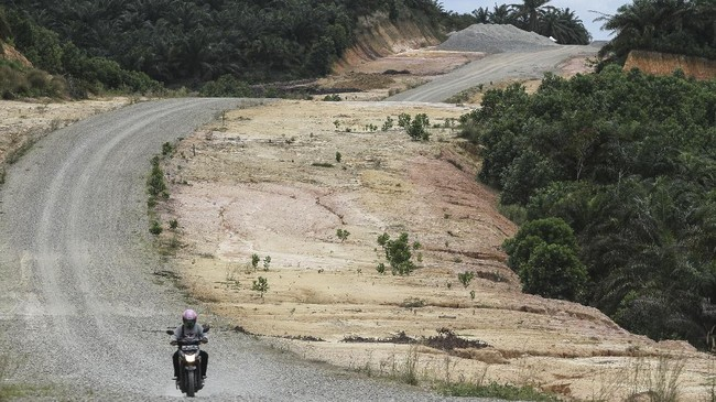 Presiden Jokowi memprioritaskan pembangunan infrastruktur dalam tiga tahun masa pemerintahannya. Selain jalan tol, ada pula pembangunan jalan lintas daerah. (ANTARA FOTO/Rony Muharrman/kye/17).
