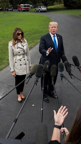 Ssst, Gosipnya Wanita di Samping Donald Trump Ini Melania Trump Palsu