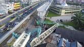 Dua alat berat yang mengangkut girder pembangunan Light Rail Transit (LRT) terjatuh menimpa rumah di zona 5 pembangunan LRT Palembang, Sumatera Selatan, Selasa (1/8). (ANTARA FOTO/Nova Wahyudi)