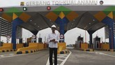 Presiden Joko Widodo berdiri di depan pintu masuk tol ketika meninjau Jalan Tol Trans Sumatera ruas gerbang tol Kualanamu saat diresmikan di Deli Serdang, Sumatera Utara, Jumat (13/10). (ANTARA FOTO/Septianda Perdana/n/17)