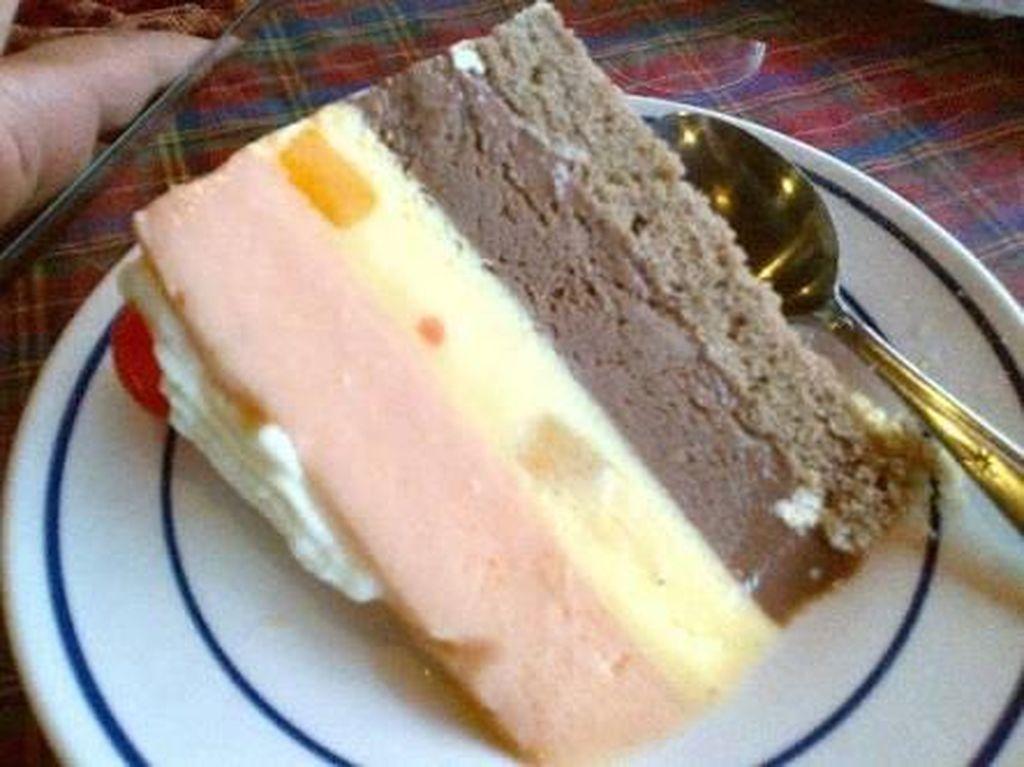 Berdiri sejak tahun 1929 awalnya toko es krim ini bernama Jangkie dan di tahun 1934 toko es krim ini diberi nama Tip Top. Es krim homemade ini berada di Medan. Foto: Istimewa