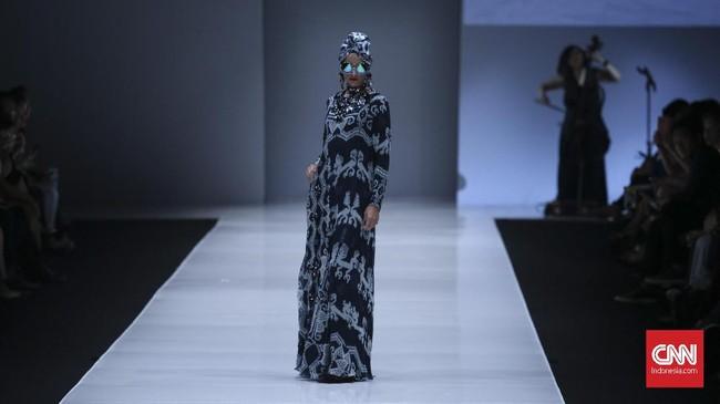 Tak ketinggalan, koleksi busana muslim Itang Yunasz turut tergabung dalam 11 desainer yang mahakaryanya membuka JFW 2018. (CNN Indonesia/ Hesti Rika)