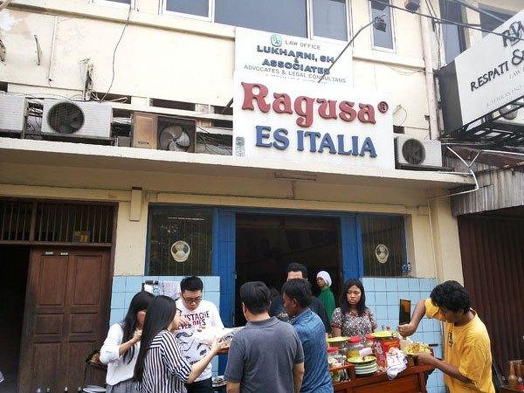 Didirikan oleh 2 bersaudara asal Italia Vicenzo Ragusa dan Luiguie Ragusa pada tahun 1932. Kini ragusa dikenal sebagai toko es krim jadul dengan varian rasa klasik yang unik. Seperti tutty fruty. Foto: Istimewa