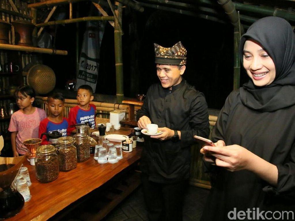 Dalam acara ini, turut hadir Bupati Banyuwangi, Abdullah Azwar Anas. Menurutnya ini adalah tradisi minum kopu warga Using yang menjadi simbol persaudaraan. Foto: Ardian Fanani /detikcom
