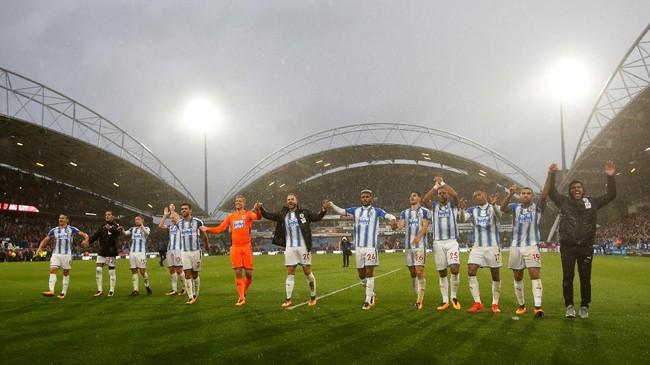 <p>Para pemain Huddersfield Town merayakan kemenangan atas Manchester United. The Red Devils harus menelan kekalahan pertama di Liga Primer dan tertinggal lima poin atas Manchester City di puncak klasemen. (Reuters/Ed Sykes)</p>
