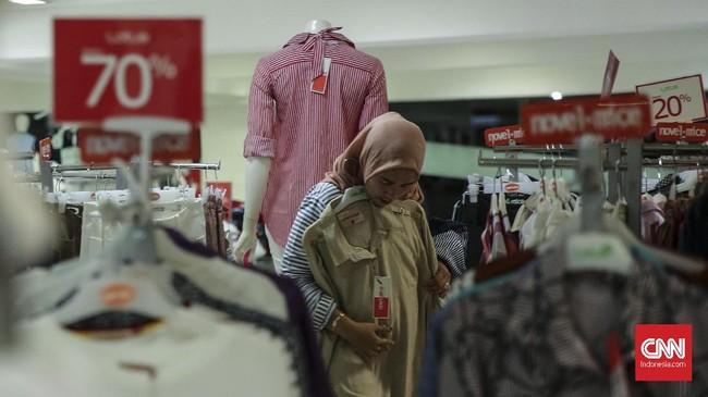 Diskon besar yang diberikan Lotus dimanfaatkan oleh sebagian masyarakat untuk mendapatkan barang dengan harga murah. (CNN Indonesia/Hesti Rika)