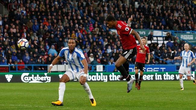 <p>Usaha keras Manchester United baru membuahkan hasil pada menit ke-78 setelah Marcus Rashford mencetak gol ke gawang Huddersfield Town melalui sundulan usai meneruskan umpan silang Romelu Lukaku. (Reuters/Ed Sykes)</p>
