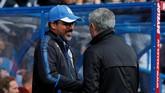 <p>Manajer Huddersfield Town David Wagner (kiri) bersalaman dengan manajer Manchester United Jose Mourinho sebelum pertandingan di Stadion Kirklees, Sabtu (21/10). (Reuters/Ed Sykes)</p>