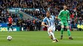 <p>Kiper Manchester United David De Gea terlihat tidak berdaya setelah penyerang Huddersfield Town Laurent Depoitre melewatinya dengan mudah dan mencetak gol. (Reuters/Ed Sykes)</p>