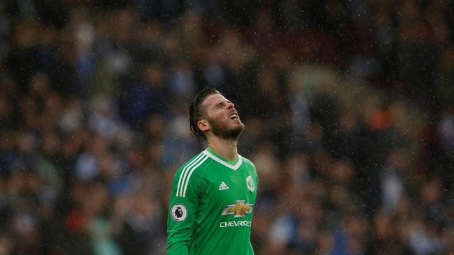 <p>Kiper Manchester United David De Gea terlihat kecewa dengan timnya dikalahkan Huddersfield Town 1-2 usai pertandingan di Stadion Kirklees. (REUTERS/Andrew Yates)</p>