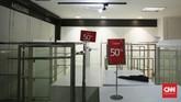 Gerai Lotus Department Store yang ada di gedung sinema Djakarta Theater XXI akan tutup pada 26 Oktober mendatang, Jakarta (22/10). Untuk menghabiskan barang, toko memberikan potongan harga atau diskon hingga 80 persen. (CNN Indonesia/ Hesti Rika)