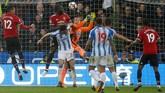 <p>Manchester United berusaha keras mencetak gol penyeimbang, tapi kuatnya lini pertahanan Huddersfield Town membuat tim asuhan Jose Mourinho tidak berdaya. Skor 2-1 untuk tim tuan rumah bertahan hingga akhir laga. (REUTERS/Andrew Yates)</p>