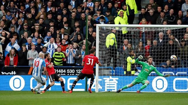 <p>Huddersfield Town mencetak gol pertamanya pada menit kep38 melalui Aaron Mooy yang memanfaatkan bola rebound hasil penyelamatan David De Gea yang memblok tendangan Thomas Ince. (REUTERS/Andrew)</p>