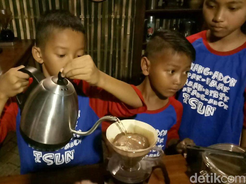 Festival Ngopi Sepuluh Ewu Cingkir berlangsung meriah semlam. Para barista cilik pun unjuk kebolehan untuk meracik kopi yang enak. Foto: Ardian Fanani /detikcom