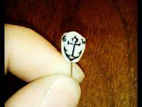Hal ini biasanya dilakukan dengan cara membuat tato di atas gigi palsu. Kemudian gigi palsu ini yang ditanam ke dalam mulut. (Foto: instagram/acc_vintage_designs)