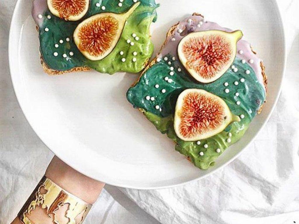 Ditambah dengan buah fig. Tampak sajian roti yang tak biasa. Mau coba? Foto: Adeline Waugh