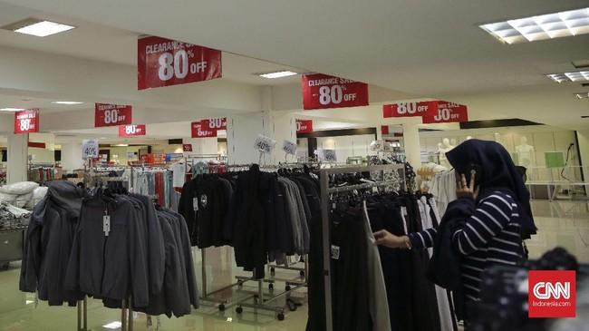 Sebelum tutup, toko menghabiskan barang dan memberikan potongan harga atau diskon hingga 80 persen. (CNN Indonesia/Hesti Rika)