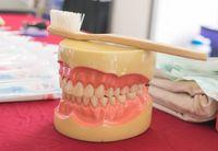 Cara menyikat gigi yang salah, tidak tepat, dan tidak menyeluruh membuat plak menempel di gigi. Plak yang menempel bisa menjadi sarang kuman dan menyebabkan gigi kuning. (Foto: Thinkstock)