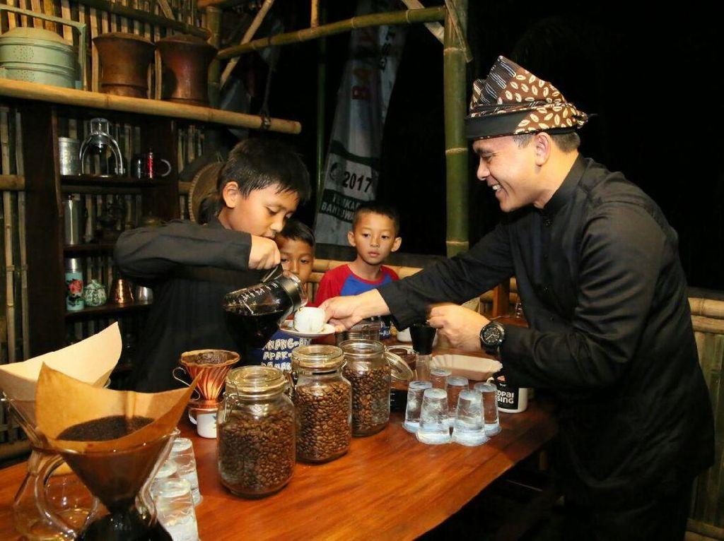 Barista cilik juga menyajikan kopi untuk Bupati Banyuwangi, Abdullah Azwar Anas. Foto: Ardian Fanani