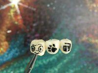 Seorang seniman bisa memerlukan mikroskop untuk mengerjakan tato gigi. (Foto: instagram/customdentalcrown)