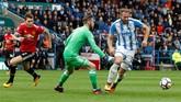 <p>Lima menit kemudian gawang Manchester United kembali dibobol Huddersfield Town melalui Laurent Depoitre yang memanfaatkan blunder bek The Red Devils Victor Lindeloef. (Reuters/Ed Sykes)</p>