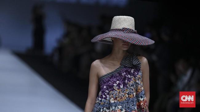 Baju koleksi Edward Hutabarat menjadi salah satu 11 koleksi yang ditampilkan saat pembukaan Jakarta Fashion Week 2018 yang ke-10 pada Sabtu (21/10). (CNN Indonesia/ Hesti Rika)