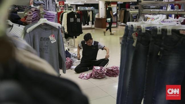 Di sisi lain, dengan erakhirnya masa operasional toko Lotus Thmarin, akan ada Pemutusan Hubungan Kerja (PHK) pada karyawan. (CNN Indonesia/Hesti Rika)