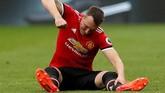 <p>Petaka datang bagi Manchester United setelah bek tengah andalan mereka Phil Jones mengalami cedera pada menit ke-23. Cederanya Jones membuat lini pertahanan MU sedikit rapuh. (REUTERS/Andrew Yates)</p>