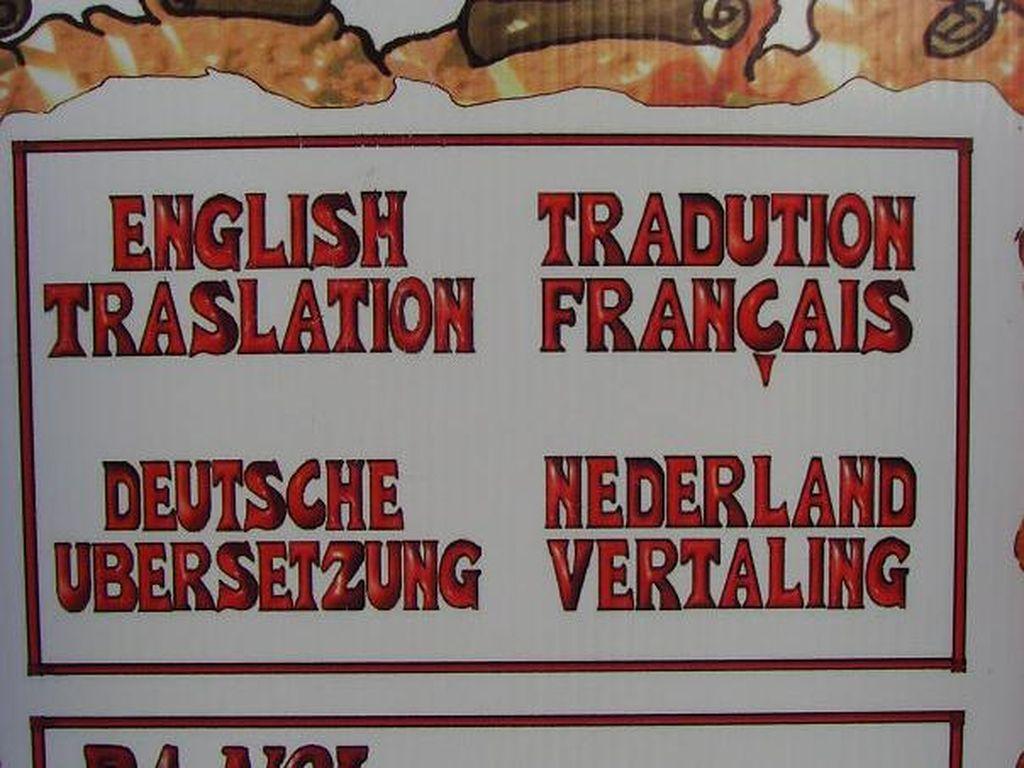 Restoran mengklaim punya menu dalam empat bahasa asing. Namun ada kesalahaan ejaan di tiap katanya. Foto: Istimewa