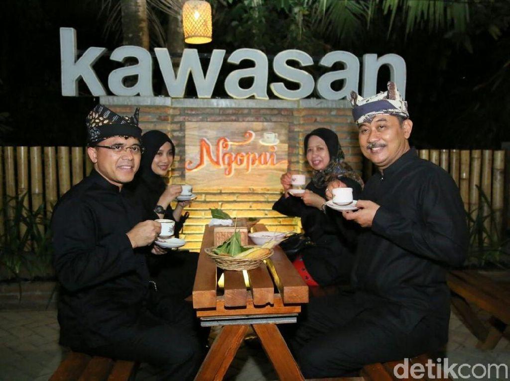 Sejak tahun 2014 lalu, masyarakat dan Pemkab Banyuwangi mensosialisasikan bagaimana menikmati kopi yang benar. Selain itu perekonomian masyarakat pun tumbuh dengan pesar selama acara ini berlangsung lho. Foto: Ardian Fanani /detikcom