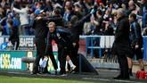 <p>Tim pelatih Huddersfield Town termasuk manajer David Wagner terlihat merayakan gol kedua yang dicetak Laurent Depoitre dengan Jose Mourinho terlihat hanya bisa diam. (REUTERS/Andrew Yates)</p>