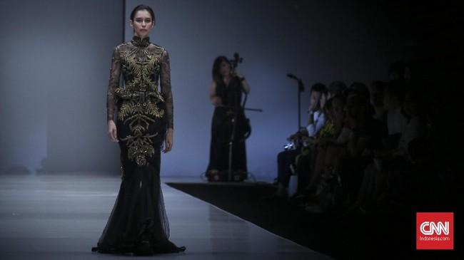 Sapto Djojokartiko pun termasuk salah satu desainer yang mendapat kesempatan memamerkan satu karya terbaiknya dalam 11 koleksi yang membuka gelaran JFW 2018. (CNN Indonesia/ Hesti Rika)