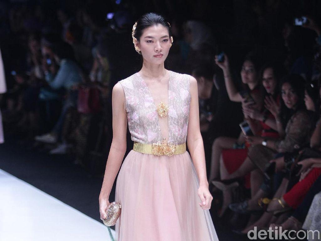 Batik Jambi Jadi Gaun Pastel Nan Elegan Lewat Sentuhan Barli Asmara