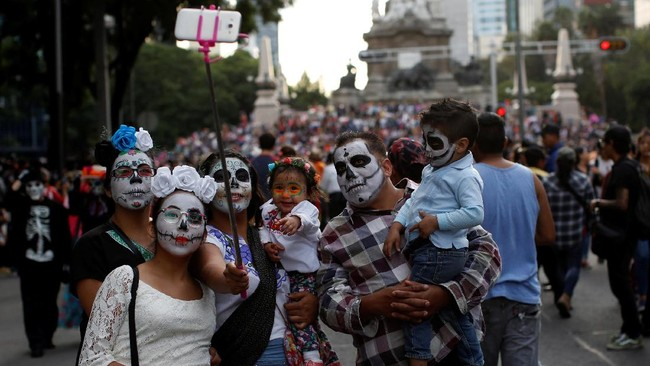 Dalam bahasa Spanyol, Hari Orang Mati disebut sebagai Dia de Muertos ini banyak orang berdandan dengan kostum warna-warni seperti kostum tengkorak.(REUTERS/Carlos Jasso)