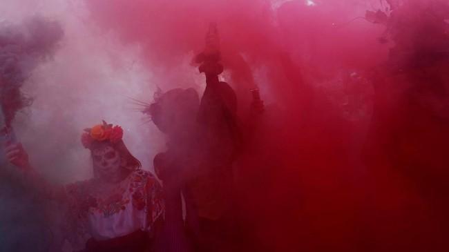 Parade Hari Orang Mati ini dimulai di sepanjang Paseo de la Reforma, salah satu jalan paling ikonik di Meksiko. (REUTERS/Carlos Jasso)