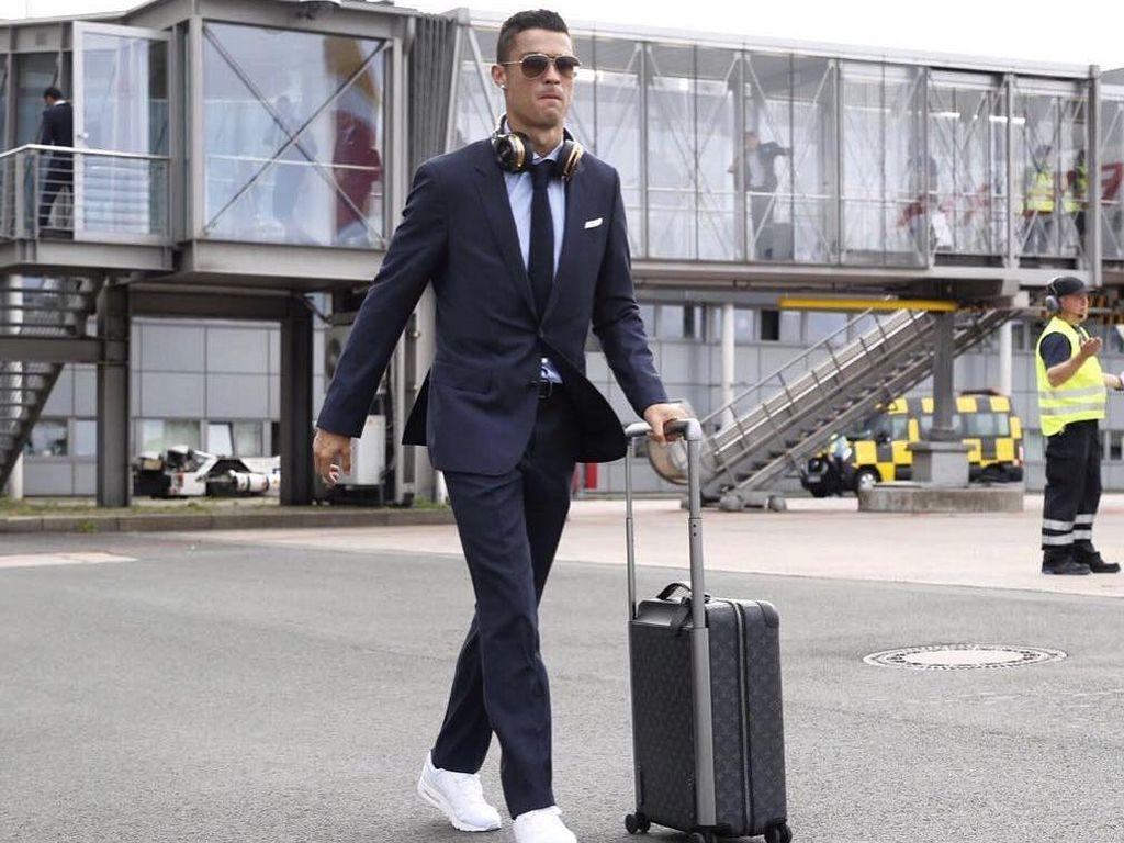 Foto: Gaya Stylish Ronaldo Sang Pemain Terbaik, Pakai Nike Hingga Hermes