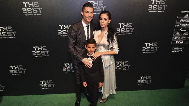 Ronaldo Mengasuh Anak Jelang Madrid vs PSG
