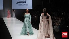 Romantisme Sang Dewi Berbalut Kain Jambi Barli Asmara