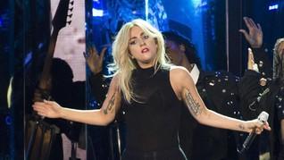 Lady Gaga Gandeng Pria Berewok Misterius di Malam Tahun Baru