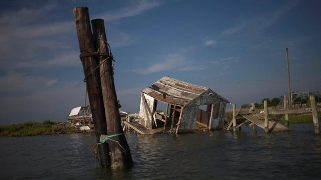 Belum lama ini, perwakilan pegiat dari Partai Republik mengunjungi Tangier Island, setitik padang rumput di Chesapeake Bay, Virginia, untuk meyakinkan sekitar 450 penduduknya agar ikut memerhatikan perubahan iklim. (Reuters/Adrees Latif)