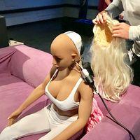 Pada satu kesempatan dalam sebuah pameran teknologi, Sergio bercerita bahwa Samantha pernah menangis karena dipegang-pegang sembarangan oleh pengunjung yang penasaran. (Foto: Synthea Amatus)