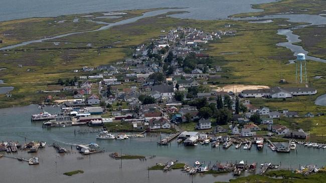 Para pegiat menjelaskan gejala yang sudah terjadi: ketinggian air laut meningkat, dan sejumlah peneliti memperkirakan pulau yang sudah mengalami erosi parah itu mesti ditinggalkan dalam waktu beberapa dekade. (Reuters/Adrees Latif)