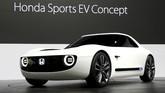 Honda memboyong Sports EV Concept sebagai mobil listrik masa depan, namun desain retro yang klasik. Desain uniknyasempat mencuri perhatian saat unjuk gigi di ajang Frankfurt Motor Show bulan lalu. (REUTERS/Toru Hanai)